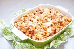 Casseruola della pasta con bacon, il prosciutto, il formaggio ed il pomodoro fotografie stock