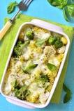 Casseruola della pasta con i broccoli, il cavolfiore ed il formaggio immagine stock
