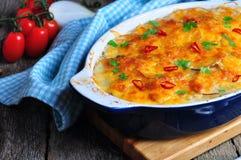 Casseruola della patata con il pollo, le cipolle ed il formaggio Immagini Stock Libere da Diritti