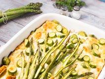 Casseruola delle lasagne al forno dell'asparago con gli zucchini e la ricotta immagini stock libere da diritti