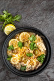 Casseruola di pollo con le olive ed il coriandolo del limone Fotografie Stock Libere da Diritti