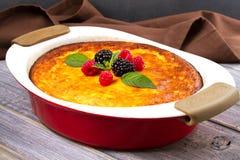 Casseruola dolce della ricotta del formaggio dell'agricoltore Torta di formaggio casalinga Immagini Stock Libere da Diritti