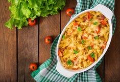 Casseruola, pomodoro, bacon e formaggio della pasta immagine stock