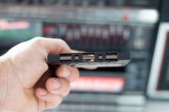Cassete áudio da mão de um homem Fotografia de Stock Royalty Free
