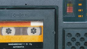 A cassete áudio do amarelo do vintage no gravador gerencie video estoque