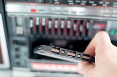 Cassete áudio plástica da gaveta na mão de um homem Fotografia de Stock