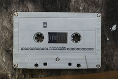 A cassete de banda magnética compacta do vintage no fundo branco, fecha acima o grupo de cassetes áudio idosas, retro fotografia de stock royalty free