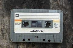 A cassete de banda magnética compacta do vintage no fundo branco, fecha acima o grupo de cassetes áudio idosas, retro imagens de stock royalty free
