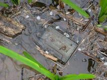 Cassete de banda magnética esquecida velha na água Irã, Gilan, Rasht imagem de stock