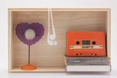 Cassete de banda magnética, fone de ouvido e moldura para retrato Foto de Stock
