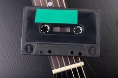 Cassete de banda magnética de guitarra acústica e Instrumento musical e portador velho da música imagem de stock