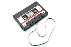 Cassete de banda magnética isolada no branco com trajeto de grampeamento Foto de Stock