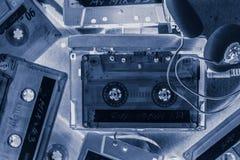 Cassete de banda magnética retro com fones de ouvido e walkman Foto de Stock Royalty Free