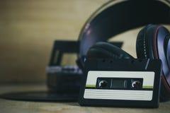 Cassetes de banda magnética e fones de ouvido com a bandeja do registro de gramofone Imagem de Stock Royalty Free