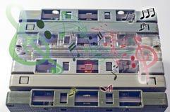 Cassetes de banda magnética e nota velhas da música do leitor de cassetes e do som Imagem de Stock