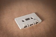 Cassetes de banda magnética no fundo do papel marrom Estilo do vintage Fotografia de Stock Royalty Free