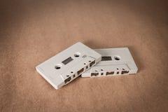 Cassetes de banda magnética no fundo do papel marrom Estilo do vintage Imagens de Stock Royalty Free