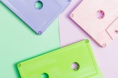 Cassetes de banda magnética retros em um fundo brilhante Imagem de Stock Royalty Free