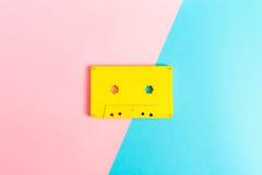 Cassetes de banda magnética retros no fundo brilhante Imagens de Stock Royalty Free