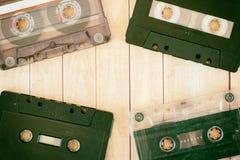 Cassetes de banda magnética velhas com um fundo de madeira Foto de Stock Royalty Free