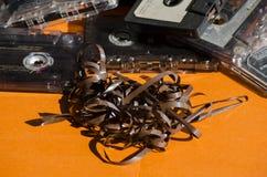 Cassetes de banda magnética velhas no fundo colorido Fotografia de Stock Royalty Free