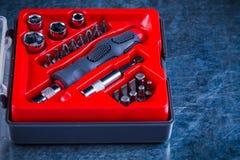 Cassetta degli attrezzi aperta con i pezzi sostituibili del cacciavite Fotografia Stock