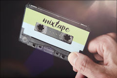 Cassetta del mixtape della tenuta della mano audio Immagini Stock Libere da Diritti