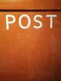 Cassetta delle lettere arancio arrugginita Fotografia Stock Libera da Diritti
