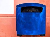 Cassetta delle lettere blu molto vecchia Fotografie Stock
