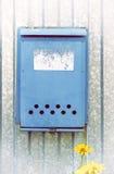 Cassetta delle lettere blu sul recinto fotografia stock