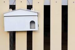 Cassetta delle lettere che appende sul recinto di legno Illustrazione di Stock