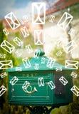 Cassetta delle lettere con le icone della lettera su fondo verde d'ardore Immagini Stock