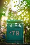 Cassetta delle lettere con le icone della lettera su fondo verde d'ardore Immagine Stock Libera da Diritti