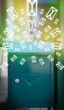 Cassetta delle lettere con le icone della lettera su fondo verde d'ardore Fotografie Stock