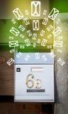 Cassetta delle lettere con le icone della lettera su fondo verde d'ardore Fotografia Stock