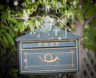Cassetta delle lettere con le lettere che escono Immagini Stock