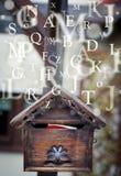 Cassetta delle lettere con le lettere che escono Fotografie Stock