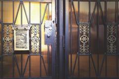 Cassetta delle lettere del ferro sulla porta di legno fotografia stock libera da diritti