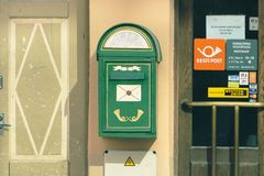 Cassetta delle lettere della posta di Eesti vicino all'entrata all'ufficio postale fotografia stock