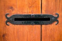 Cassetta delle lettere delle lettere in porta di legno Immagini Stock