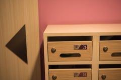 Cassetta delle lettere di legno moderna nel condominio Fotografia Stock Libera da Diritti