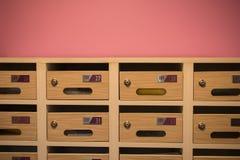 Cassetta delle lettere di legno moderna nel condominio Immagine Stock