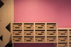 Cassetta delle lettere di legno moderna nel condominio Fotografia Stock