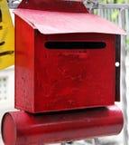 Cassetta delle lettere domestica rossa antica fotografia stock libera da diritti