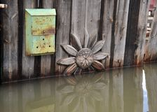 Cassetta delle lettere durante l'inondazione Il fiume Ob', che è emerso dalle rive, ha sommerso le periferie della città Fotografie Stock Libere da Diritti