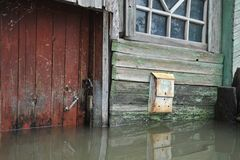 Cassetta delle lettere durante l'inondazione Il fiume Ob', che è emerso dalle rive, ha sommerso le periferie della città Fotografia Stock Libera da Diritti