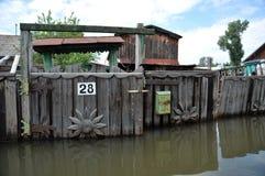 Cassetta delle lettere durante l'inondazione Il fiume Ob', che è emerso dalle rive, ha sommerso le periferie della città Immagini Stock