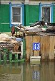 Cassetta delle lettere durante l'inondazione Il fiume Ob', che è emerso dalle rive, ha sommerso le periferie della città Fotografia Stock
