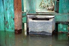 Cassetta delle lettere durante l'inondazione Il fiume Ob', che è emerso dalle rive, ha sommerso le periferie della città Immagine Stock Libera da Diritti