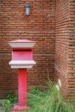 Cassetta delle lettere rossa con il fondo del muro di mattoni Fotografia Stock Libera da Diritti